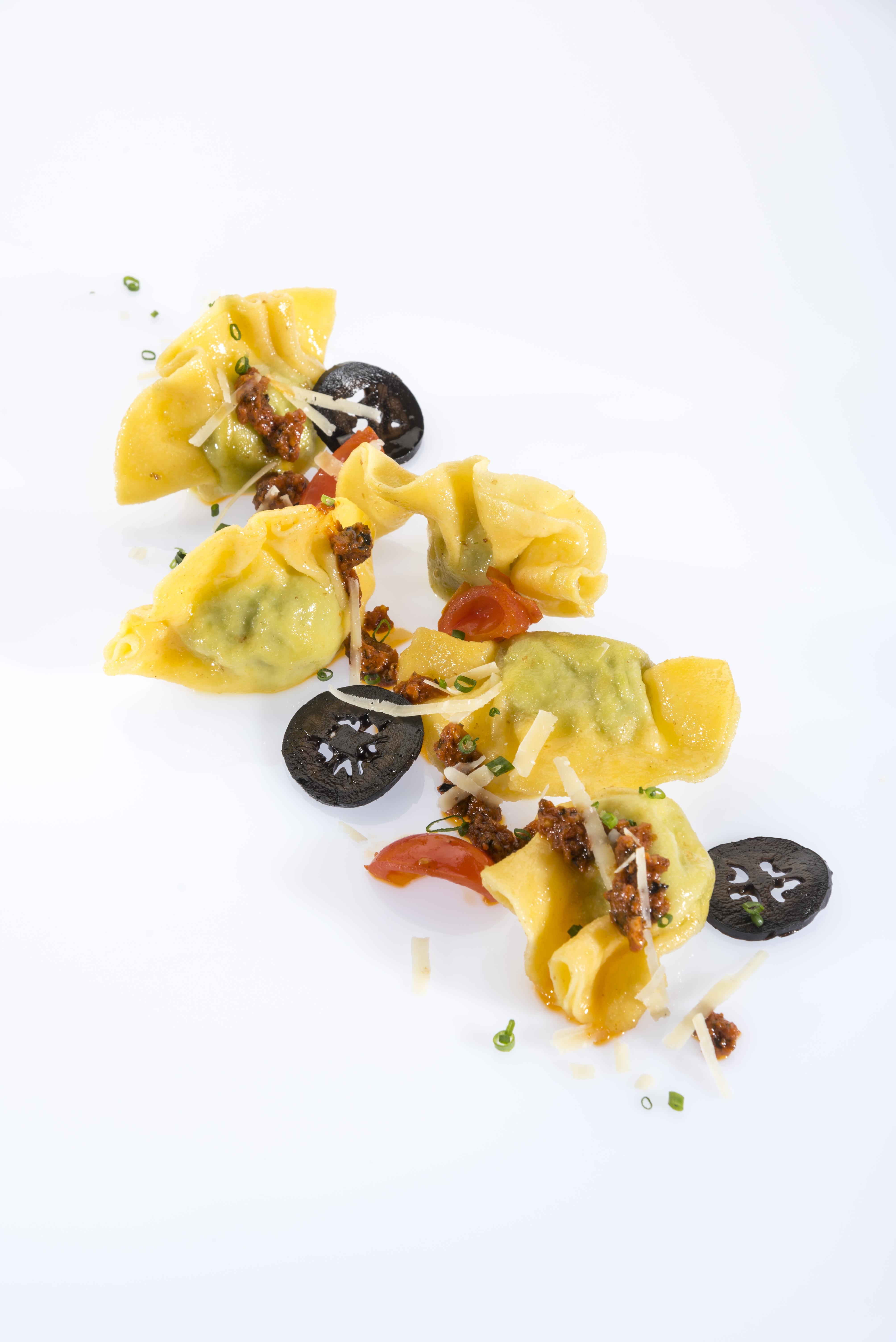 Ravioli gefüllt mit schwarzer Nuss garniert