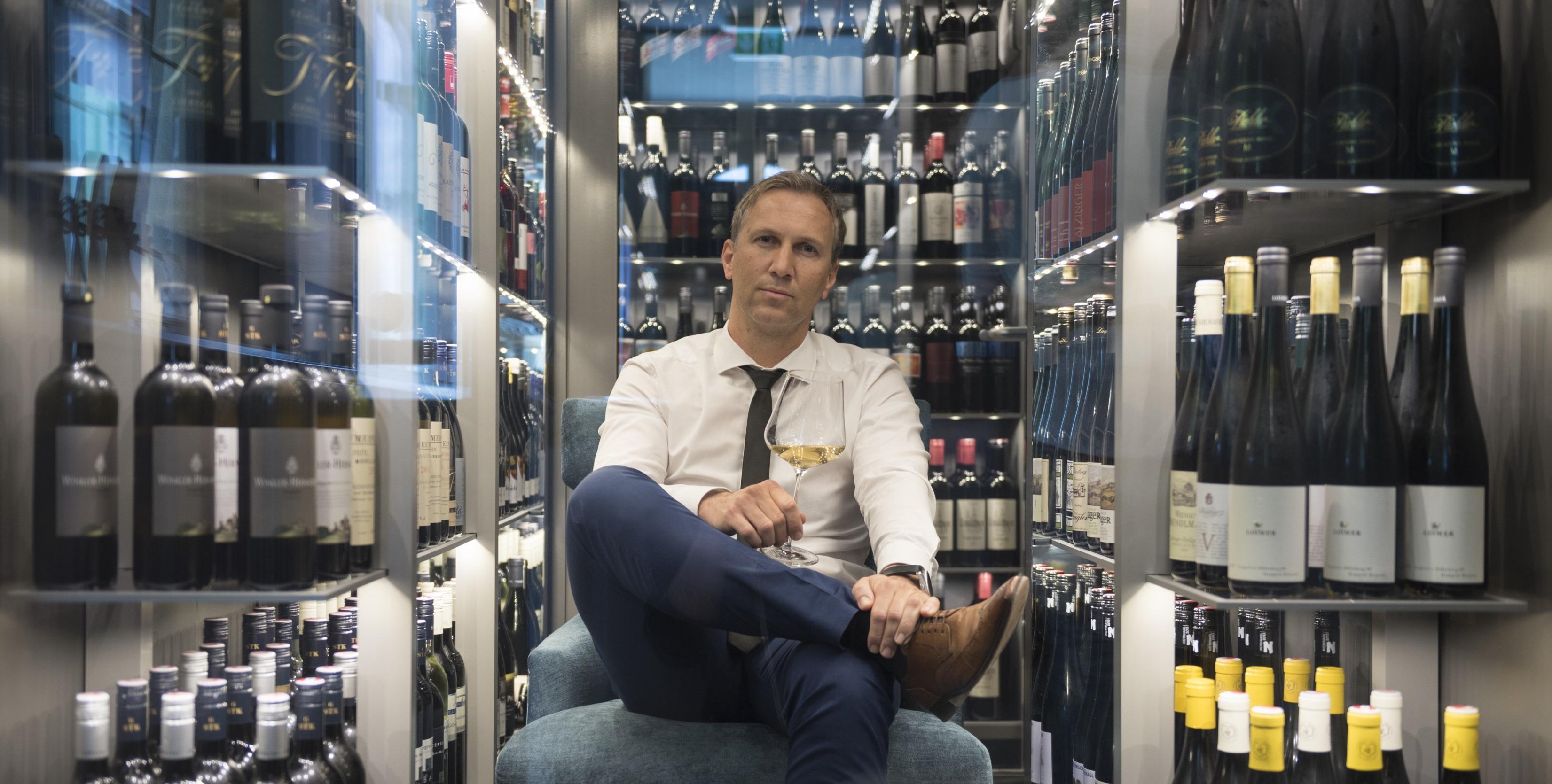 Diplom-Sommelier Mario Haberl im Weinkeller